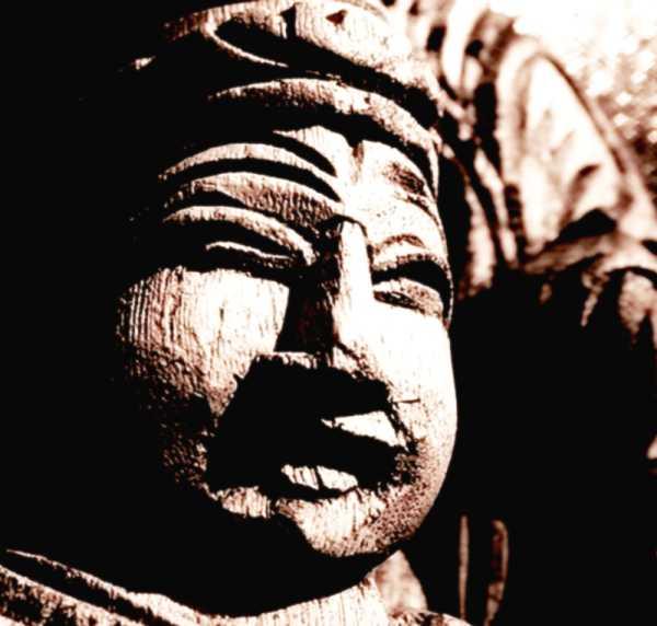 Alte Schnitzerei am Tempel der geheiligten Mortalität
