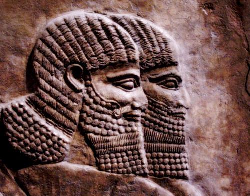 Dieses Relief aus dem unheiligen Tempel von Ror Katan zeigt Humanos aus dem Volk der Weissen Menschen.