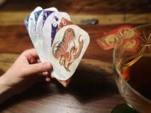 Drei Drachen Poker in der Driftwood Taverne